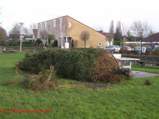 De kerstboom is vernield